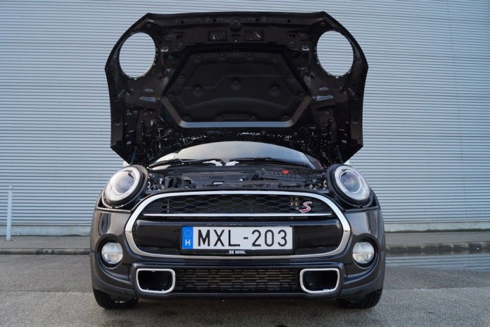 Az új Minin is megmaradt a viccesen kilyuggatott motorháztető