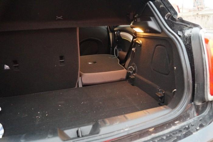 Osztva dönthető a hátsó üléstámla, de a Mini persze ettől sem lesz kamion