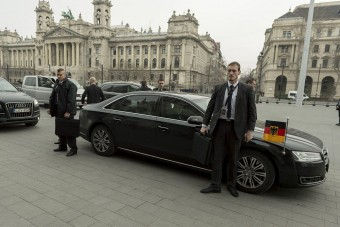 Mit tud a Merkelt védő páncélozott Audi?
