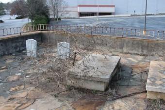 A parkoló, aminek egy családi sírhely van a közepén
