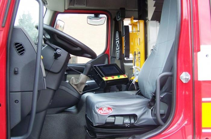 Széles kapaszkodók segítik a parancsok feljutását az utastérbe