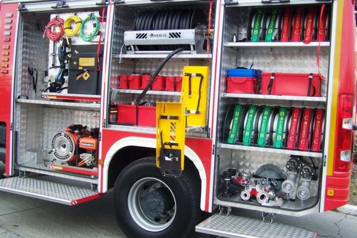 Katonás rend és lépcsők segítik a tűzoltók munkáját. A málhateret redőnyökkel lehet lezárni akkor, amikor nincs szükség rá. A málhatér felépítménye egy 4000 literes víztartályt rejt