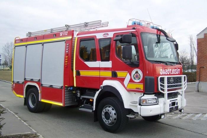 A tűzoltóautó fülkéje összesen hat személy szállítására alkalmas, a négy ajtó alatt pedig széles lépcsők könnyítik az utastérbe jutást