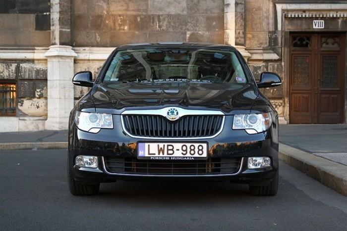 Sofőreik és a politikusok egyaránt vezetik a kocsikat. Ez egy 2011-es vásárlású Superb: olcsóbb, takarékosabb, és tágasabb az Audi A6-nál