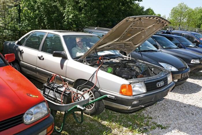 A sok állástól az akkumulátor megdöglött, de külső áramforrásra kötve azonnal beindult a motor