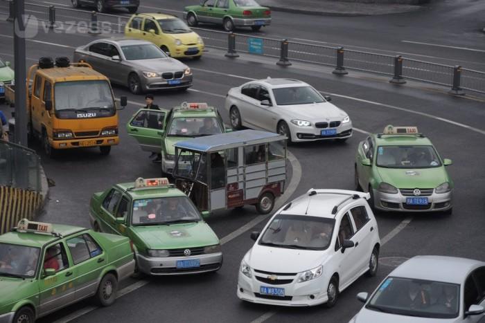 Vegyes a járműpark. Európában is ismert modellek, egyszerű csettegők és kínai másolatok egymás mellett