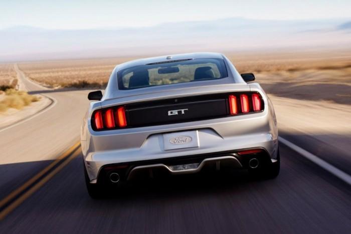 GT-nek hívják a V8-as verziót. A turbós négyhengeres 310, a szívó nyolchengeres 435 lóerős