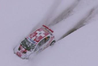 Egy raliversenyző drámai küzdelme a hóval