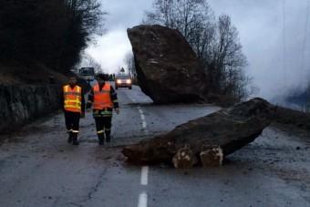Ötventonnás szikla zuhant az útra