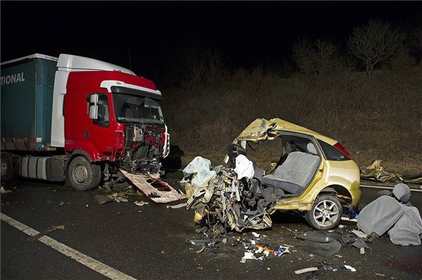 Összetört gépjárművek az M2-es autóút 38-as kilométerénél, a rádi lehajtó közelében 2015. március 2-án. A gépjárművek előzőleg frontálisan ütköztek össze, amelynek következtében a személyautó vezetője meghalt. MTI Fotó: Lakatos Péter