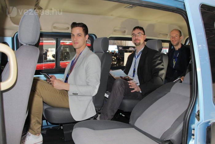 A térhasznosítás csodája a 4,5 méteres kisbusz. Négy üléssorban, 2-2-2-3 leosztásban kilenc magas embernek van helye. Elöl Müller András, a Vezess és az Autó Magazin termékmenedzsere ül, hátul Földes Attila, középen a szerző élvezi