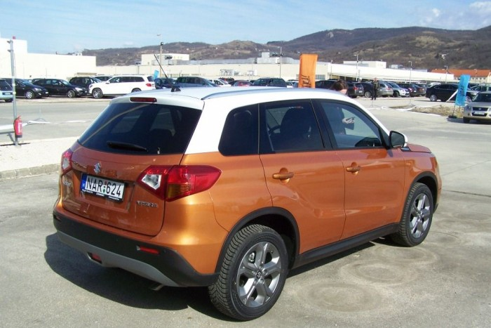 Az új Suzuki Vitara könnyedén felismerhető SUV-os megjelenésével. Formaterve a Vitara és a Jimmy formatervét ötvözi