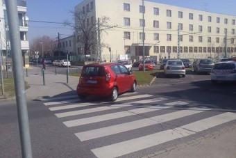Így parkol a zebrára egy budapesti autós