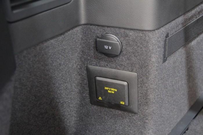 Bármit bedughatunk a csomagtartóban, a 220 Voltos csatlakozó sem akadály.