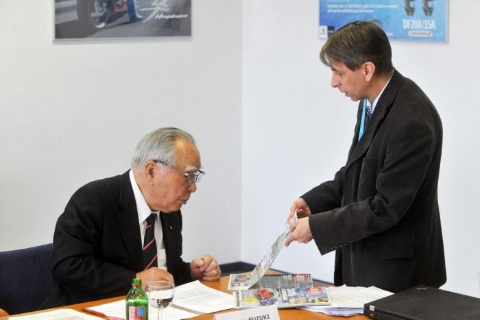 Osamu Suzuki érdeklődéssel fogadta az ajándékba vitt Autómagazinokat. Csak olyat kapott, amiben volt Suzuki