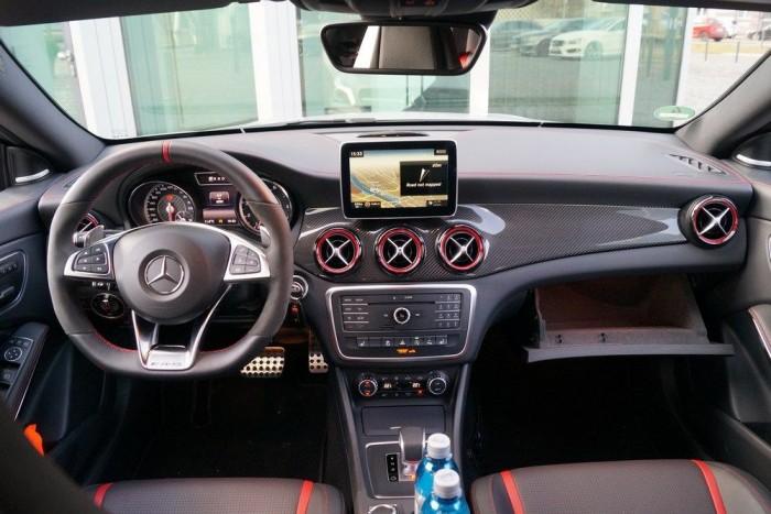 A látvány sportautós, a kocsi AMG-tuninggal sem az. Autópályára való, erős kocsi, a hátsó traktusban eltúlzott kipufogóhanggal