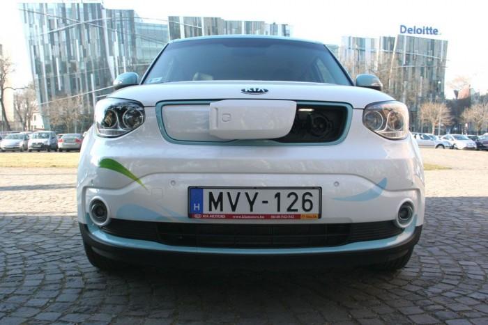 Itt a legújabb elektromos autó. Szerethető a formája, érett a technikája. Írunk róla tesztet, aztán… felejtsük el? Szülinapját üli A NAGY KORMÁNYZATI ÍGÉRET.