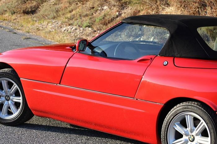 BMW Z1 - Itt nemcsak a nemlétező kilincs érdekes, ahenm az egész ajtónyitó mechanizmus is. A Z1-es ajtajai ugyanis lefelé csúsznak, villanymotor mozgatja őket és nyitás közben az ablakot is magától leengedi. A vastag küszöb az egyetlen zavaró eleme a rendszernek, de ütközéskor pont ez védi meg az utasokat.