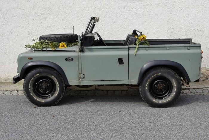 Land Rover - Sajnos ma már a Defendereken más kilincs van, de az öreg Land Rovereken még ez szolgált ajtónyitásra. A lemezbe süllyesztett kilincs nagy előnye, hogy terepen nem lehet letörni, nem akad bele semmibe.