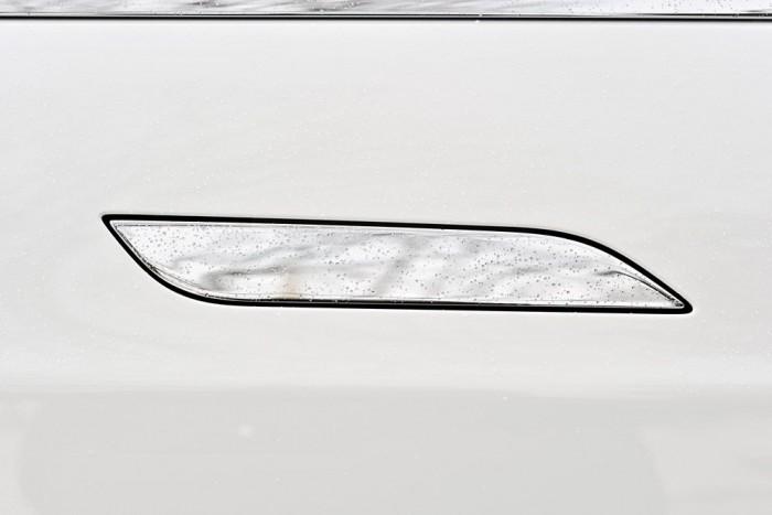 Tesla - Masszív, nehéz és szégyenlős a Tesla kilincse, amely szabadidejében szeret a kasztni síkjába lapulni. De ha szükség van rá, készséggel előbújik rejtekéről.