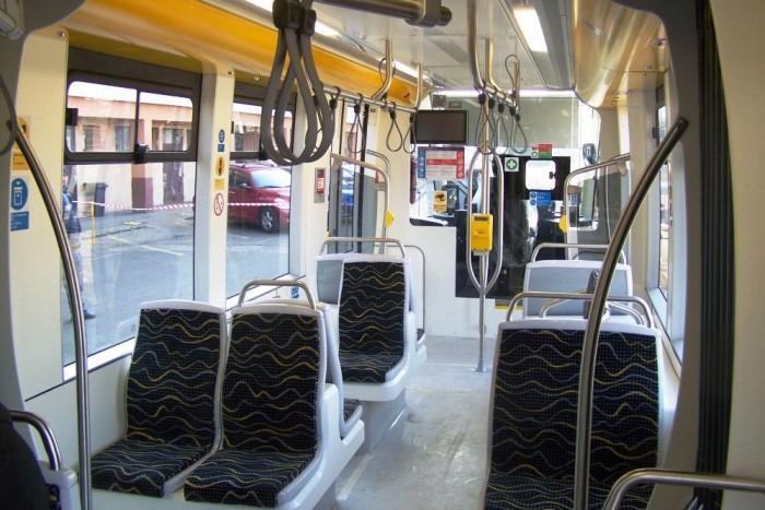 Az új villamosban két oldalt dupla és vagy másfeles ülések vannak. Ez az elrendezés hasonló a fővárosban közlekedő hannoveri villamosokéhoz
