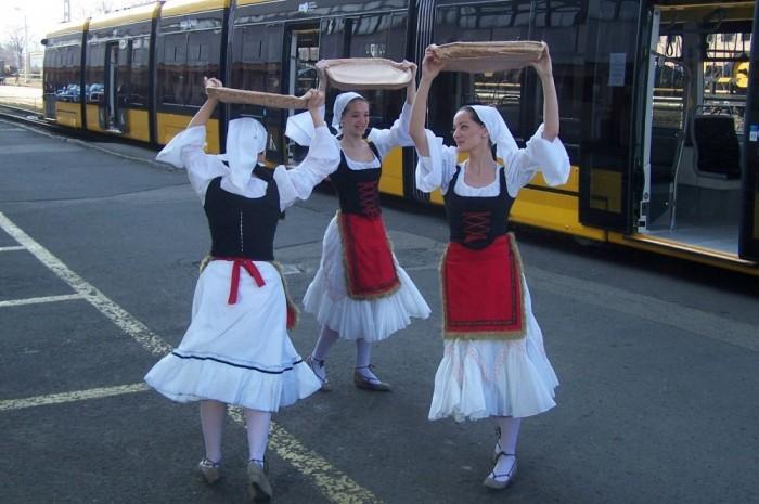 Spanyolországból érkezett lányok tradicionális baszk tánccal avatták fel az új szerelvényt
