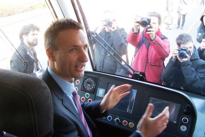 Dabóczi Kálmán rövid időre a vezetőfülkébe is beült, mely egyébként rendkívül tágas. Magasan veri a jelenleg Budapesten közlekedő villamosokét
