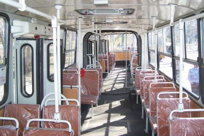 Az Ikarus 280T annyira friss felújítás, hogy még az üléseket védő műanyag fóliák is fenn vannak