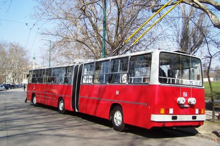 A 156-os pályaszámot viselő jármű érdekessége, hogy a fővárosban jelenleg is közlekedő Ikarus 280T autóbuszoktól eltérően ZIU-hajtásrendszerrel rendelkezik