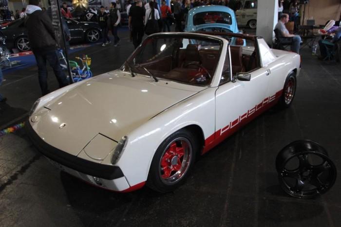 A kis Porsche 914, ami nem volt túl erős, nem volt túl szép, mégis azért ott lapunak benne a Porsche gének. A léghűtéses boxermotorral szerelt autókból az 1969 őszétől 1976-ig terjedő gyártási ciklusban mintegy 120 000 darab hagyta el a gyártósort