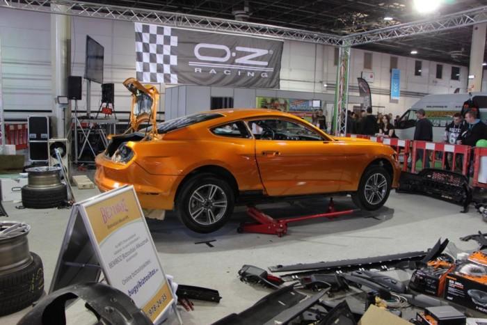 Élőben épül egy hatodik generációs Ford Mustang, további érdekesség az autóra kerülő ROUSH bodykit, mely a legelső szett, amit a gyár Európába szállított a hatodik generációs Mustanghoz.