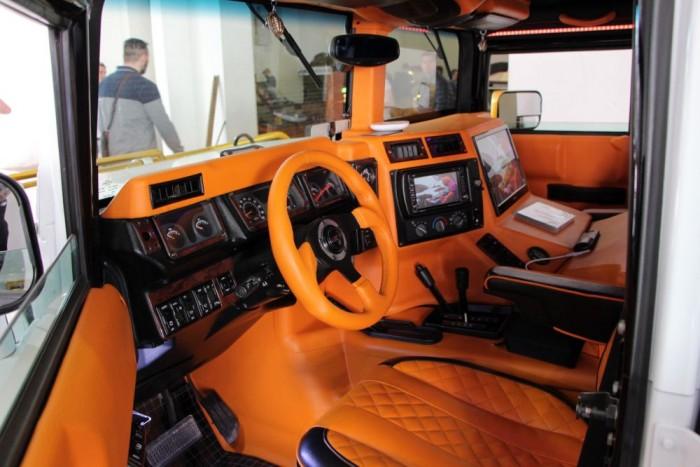 A Hummer belső tere narancs árnyalatban gazdag.