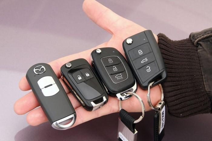 A Škodáé bicska kulcs ugyan, de csak az ajtónyitáshoz kell elővenni, az autó gombnyomásra indul.
