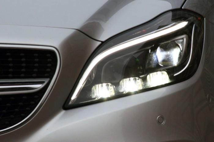 Tényleg különlegesen jó a Multibeam LED-fényszóró. A 36 LED-egységből 24 vezérelhető önállóan, amivel szembejövő autókat körbelövi a reflektor, de a távfényből kimaszkolják a vezetőket vakító részeket