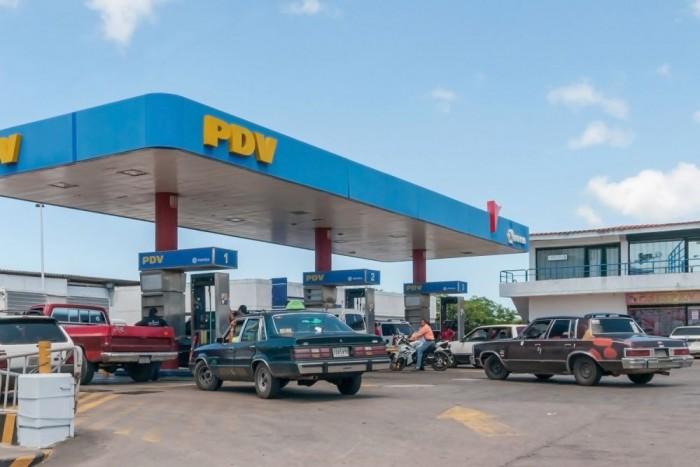 1. Venezuela, 6 Ft/liter Messze az olajban dúskáló, dél-amerikai országban vesztegetik legolcsóbban a naftát. Messze irreálisnak tűnő összeg, de négy forrásból is ellenőriztem: a benzin literje valóban két dollárcent. Az olcsó benzin sosincs ingyen. A valóságidegen összeget az állami dotáció teszi lehetővé, ami évente 12 milliárd dollárjába, 3300 milliárd forintba fáj az országnak, ahol tavaly 68,5 százalék volt a pénzromlás üteme