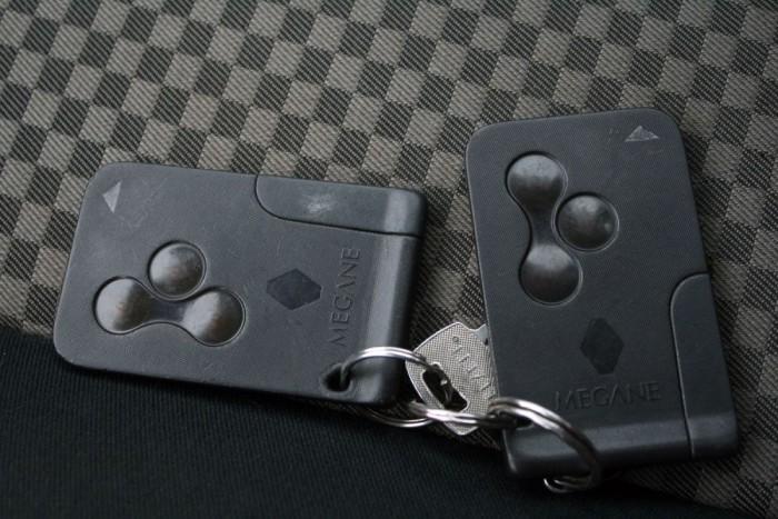 Ellenőrizzük mindkét kulcskártya működését, amelyek a slusszkulcsot helyettesítik. A kártya javítható, nem muszáj rögtön gyári újat rendelni belőlük