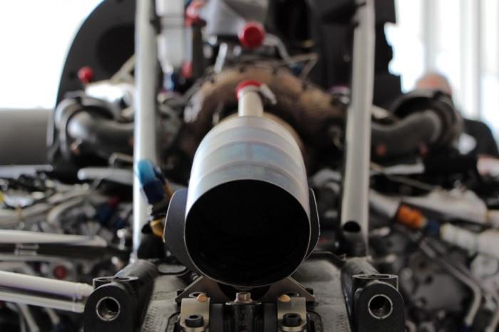 A V6-os Garrett turbóval felszerelt dízelmotor sokkal kompaktabb V12-es robusztus elődeinél. Büszkék rá a gyárnál, 558 lóerős teljesítménye is komoly, és az egyre jobban működő hibridrendszernek köszönhetően már nem az a fékevesztett vadállat, mint az R10-15-be szerelt elődei