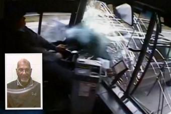 Elaludt a buszsofőr, nyolc autót tört össze
