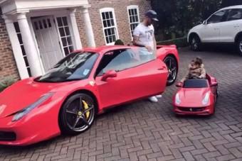 Saját magát és kislányát is Ferrarival lepte meg a focista