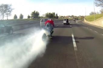 Gumiégető motoros ámokfutó az autók között