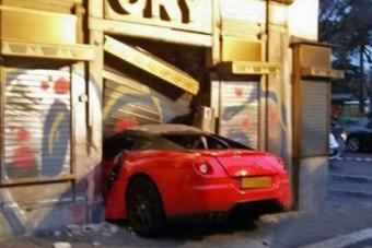 Parkolófiú vágta gajra a Ferrarit