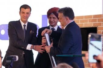 Orbán Viktor és a Kanwar család kókuszdiót tört az alapkőletételen