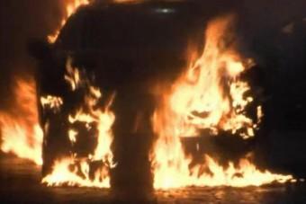 Rájuk gyújtották az autót egy benzinkúton