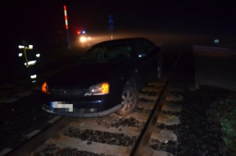 A nap képe - fennakadt a síneken az autó