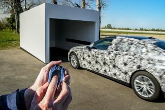 Vezető nélkül parkol az új BMW 7-es