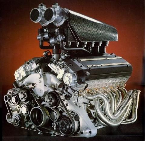 Csupaszon a BMW V12-ese, ami körülbelül 390 km/h-ig gyorsítja a Mclaren F1-et.