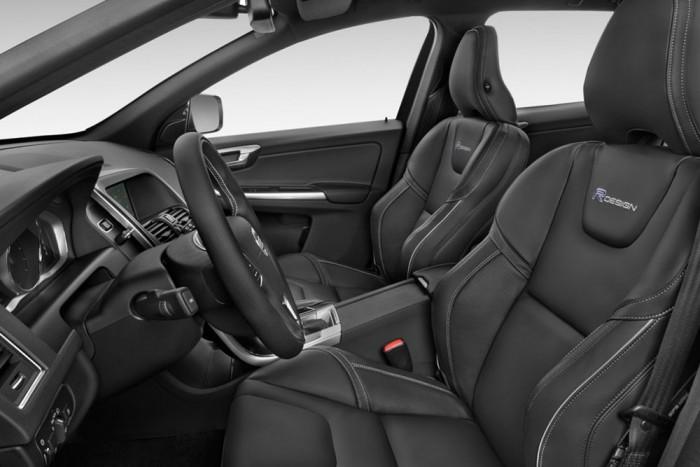 Az ülések kényelme vetekszik az Ötös BMW-ben lévőkkel, a fejtámla tényleg támasztja a fejet, ha jól állítjuk be az ülést. Sok autóban szinte használhatatlan.