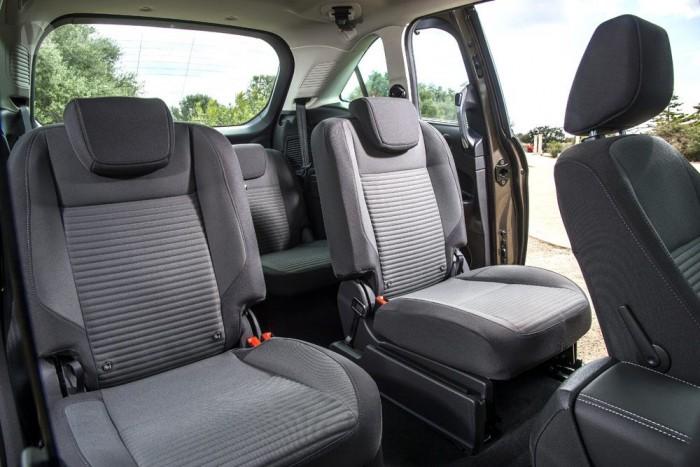 A középső ülés a jobb hátsó ülőlapja alá hajtogatható