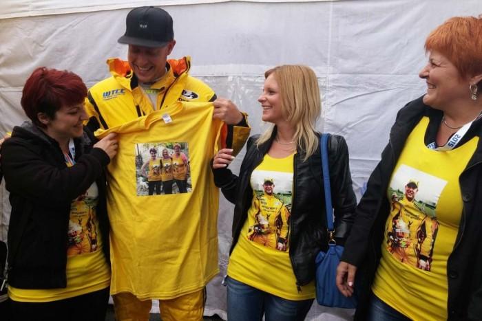 Rob Huff egy bögrét és ezt a pólót kapta ajándékba magyar rajongóitól. Bal oldalt Barbara, Huff mellett Éva és édesanyjuk, Zsuzsa