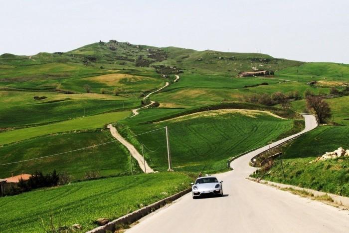 Több mint 2000 kanyar volt a 180 kilométeres tesztútban, csodás tájakon kanyarog az erdeti Targa is, meg Szicília összes útja úgy egyáltalán
